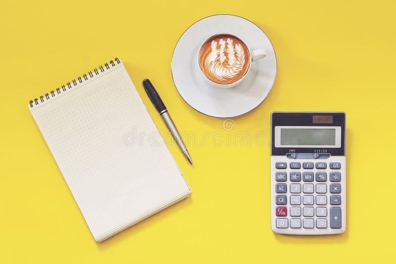 Bedrijfsgeld en calculatorconcept op gele achtergrond stock afbeelding