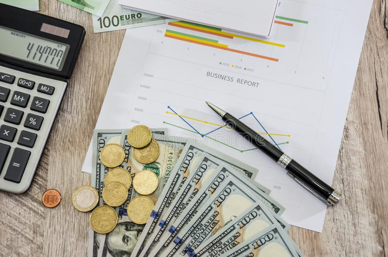Bedrijfsgrafieken, euro, dollars, calculators en muntstukken Mening van hierboven stock afbeeldingen