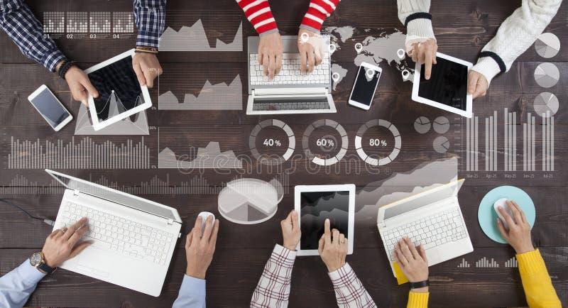 Bedrijfsgroepswerk, financi?le grafiek en infographicsconcept stock afbeeldingen