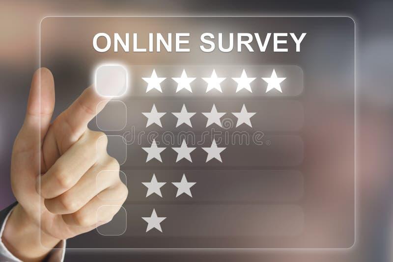 Bedrijfshand die online onderzoek aangaande het virtuele scherm duwt stock foto