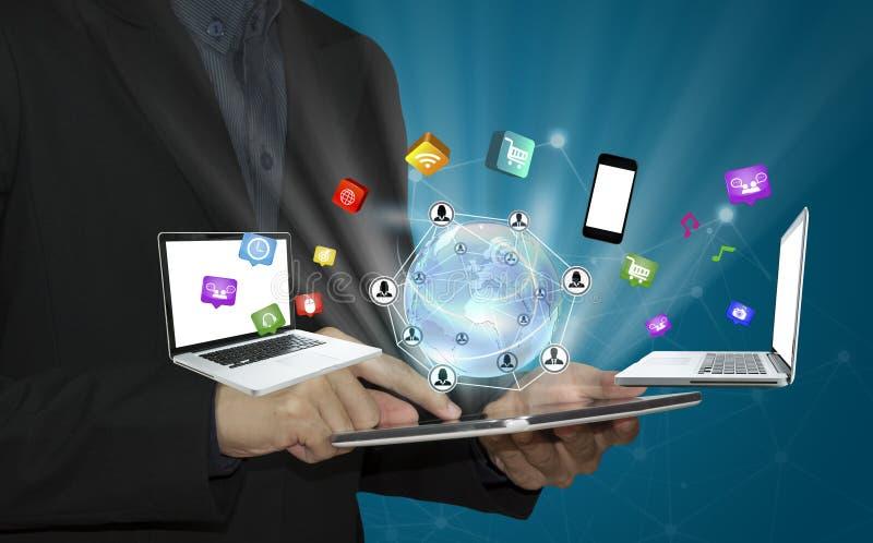 Bedrijfshand wat betreft tablet met sociale media pictogrammen en commun royalty-vrije stock afbeeldingen