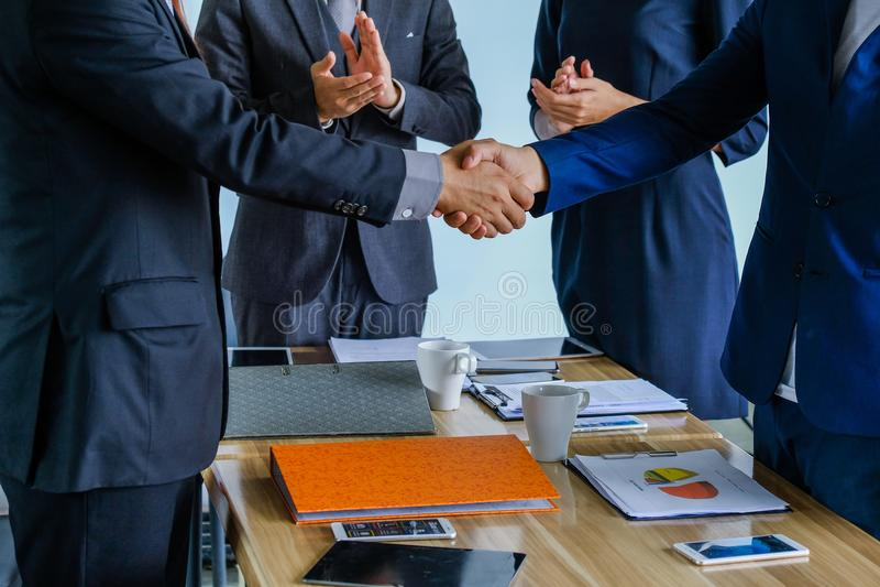 Bedrijfshanddruk bij vergadering of onderhandeling in het bureau, stock afbeeldingen