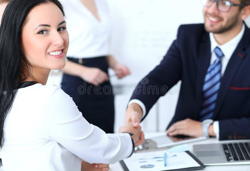 Bedrijfshanddruk bij vergadering of onderhandeling in het bureau Twee zakenluipartners zijn tevreden omdat ondertekenend royalty-vrije stock afbeelding
