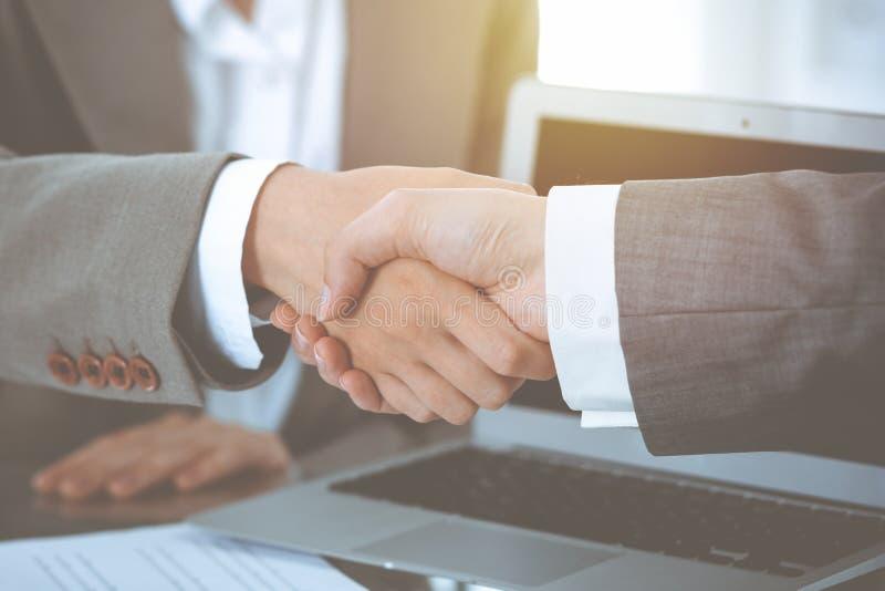 Bedrijfshanddruk na contract het ondertekenen Twee vrouwen die handen na het samenkomen of onderhandeling schudden stock afbeeldingen