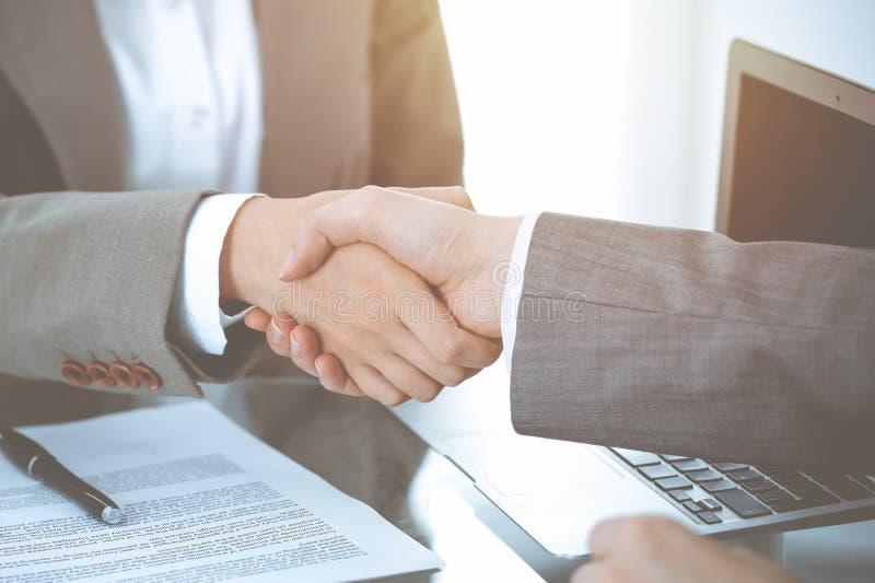 Bedrijfshanddruk na contract het ondertekenen Twee vrouwen die handen na het samenkomen of onderhandeling schudden royalty-vrije stock afbeeldingen