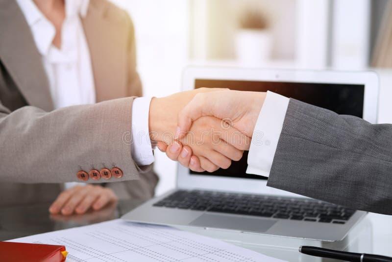 Bedrijfshanddruk na contract het ondertekenen Twee vrouwen die handen na het samenkomen of onderhandeling schudden royalty-vrije stock foto's
