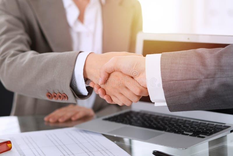 Bedrijfshanddruk na contract het ondertekenen Twee vrouwen die handen na het samenkomen of onderhandeling schudden royalty-vrije stock foto