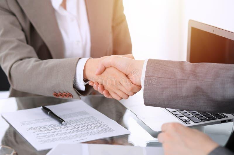 Bedrijfshanddruk na contract het ondertekenen Twee vrouwen die handen na het samenkomen of onderhandeling schudden stock foto