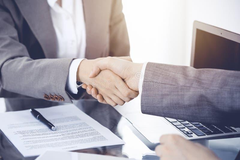Bedrijfshanddruk na contract het ondertekenen Twee vrouwen die handen na het samenkomen of onderhandeling schudden royalty-vrije stock afbeelding