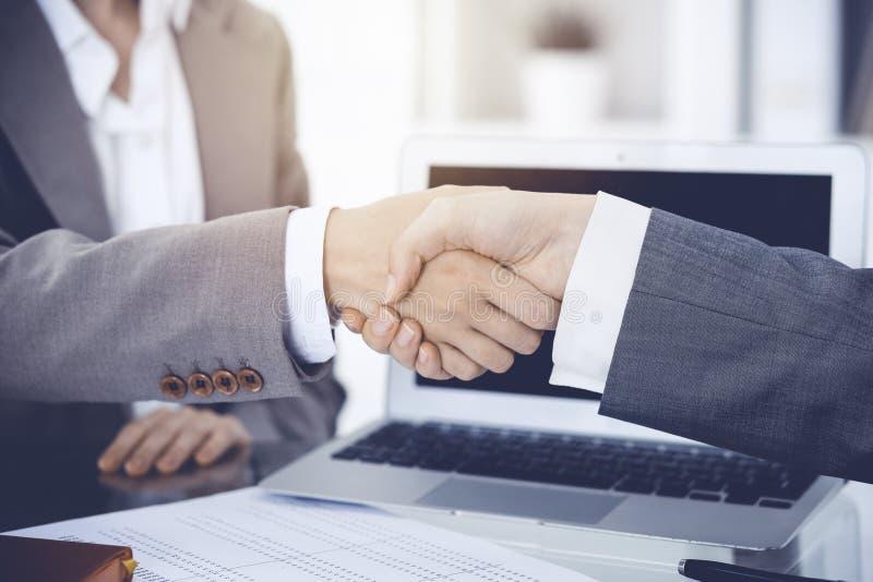 Bedrijfshanddruk na contract het ondertekenen Twee vrouwen die handen na het samenkomen of onderhandeling schudden stock afbeelding