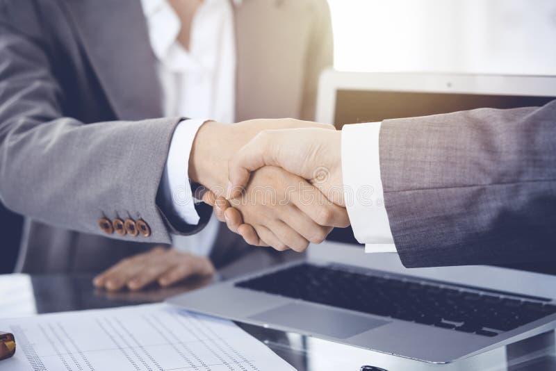 Bedrijfshanddruk na contract het ondertekenen Twee vrouwen die handen na het samenkomen of onderhandeling schudden royalty-vrije stock fotografie