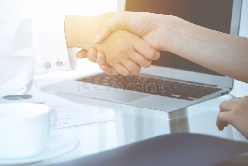 Bedrijfshanddruk na contract het ondertekenen Twee vrouwen die handen na het samenkomen of onderhandeling schudden Toevallige sti stock foto