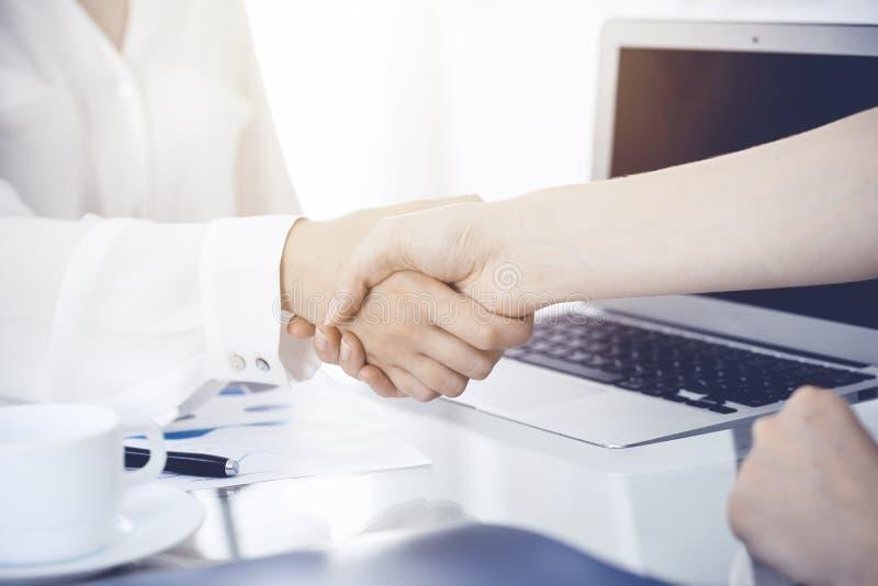Bedrijfshanddruk na contract het ondertekenen Twee vrouwen die handen na het samenkomen of onderhandeling schudden Toevallige sti royalty-vrije stock foto's