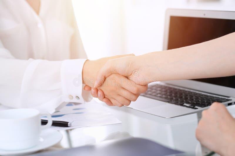 Bedrijfshanddruk na contract het ondertekenen Twee vrouwen die handen na het samenkomen of onderhandeling schudden Toevallige sti royalty-vrije stock fotografie