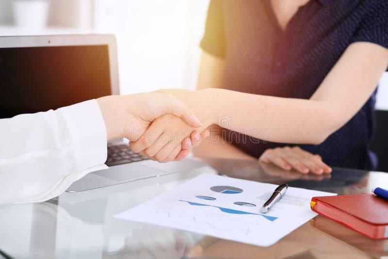 Bedrijfshanddruk na contract het ondertekenen Twee vrouwen die handen na het samenkomen of onderhandeling schudden Toevallige sti stock afbeeldingen