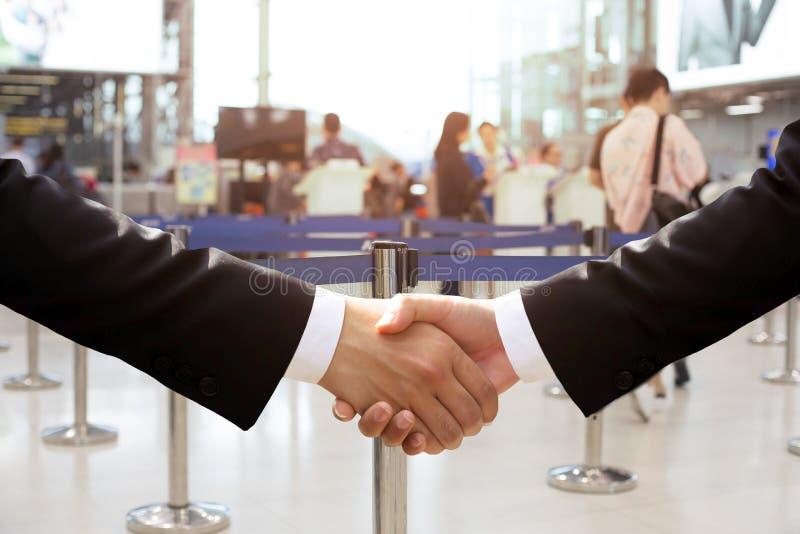 Bedrijfshandschok in de luchthavenbouw stock foto's