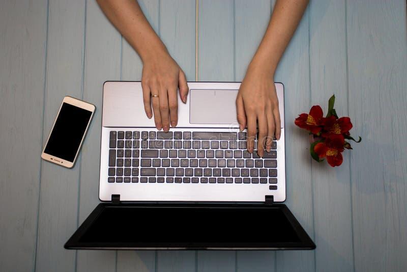 Bedrijfshandvrouw die computer met behulp van stock afbeelding