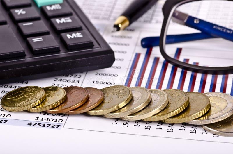 Bedrijfshulpmiddelen, calculator, pen en bril met geld royalty-vrije stock fotografie