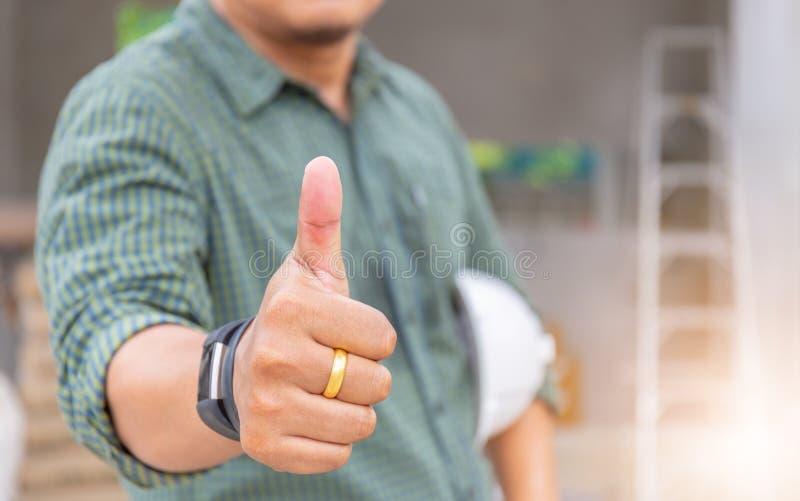 Bedrijfsingenieursmens die duim opgeven als teken van Succes over bl royalty-vrije stock foto's