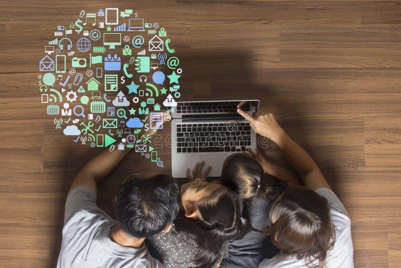 Bedrijfsinnovatietechnologie met gelukkige familie royalty-vrije stock afbeeldingen