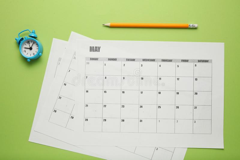 Bedrijfskalender, potlood en klok Datumherinnering, bureauprogramma royalty-vrije stock fotografie