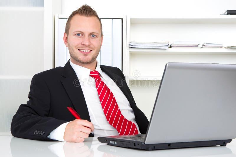 Bedrijfsleider in bureau royalty-vrije stock afbeelding