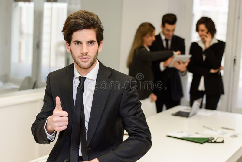 Bedrijfsleider die camera in werkomgeving bekijken royalty-vrije stock foto