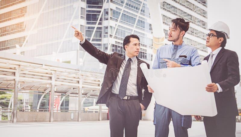 Bedrijfsleider en ingenieursvergaderingsproject bij bouwsi stock fotografie