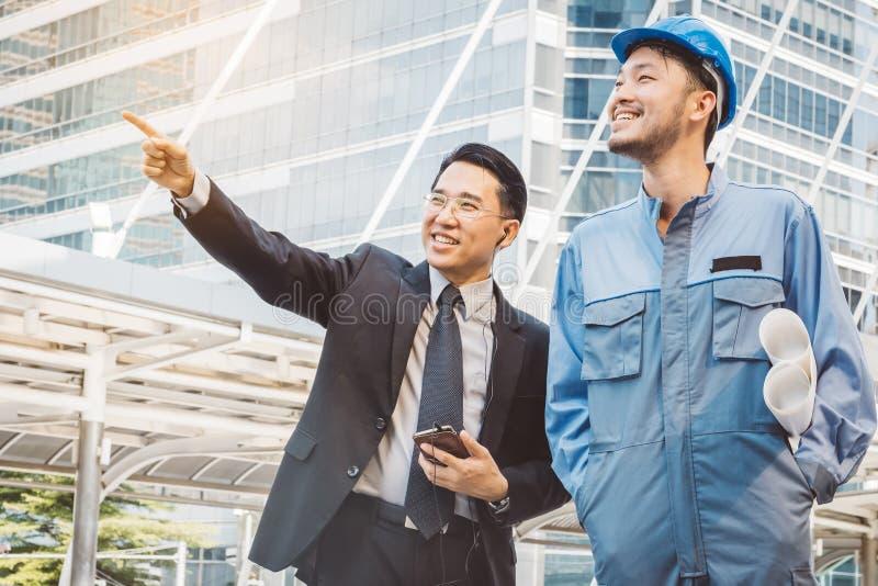 Bedrijfsleider en ingenieursvergaderingsproject bij bouwsi stock afbeeldingen