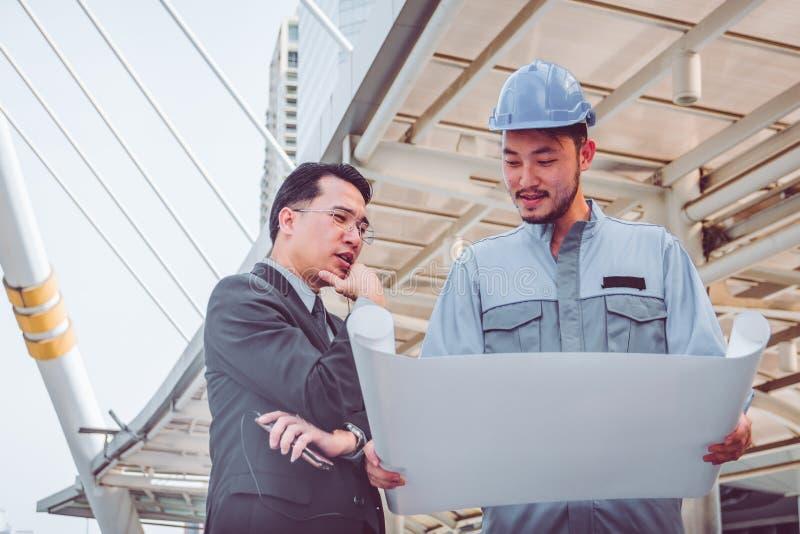 Bedrijfsleider en ingenieursvergaderingsproject bij bouwsi royalty-vrije stock afbeelding