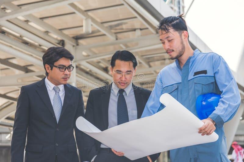 Bedrijfsleider en ingenieursvergaderingsproject bij bouwsi stock foto