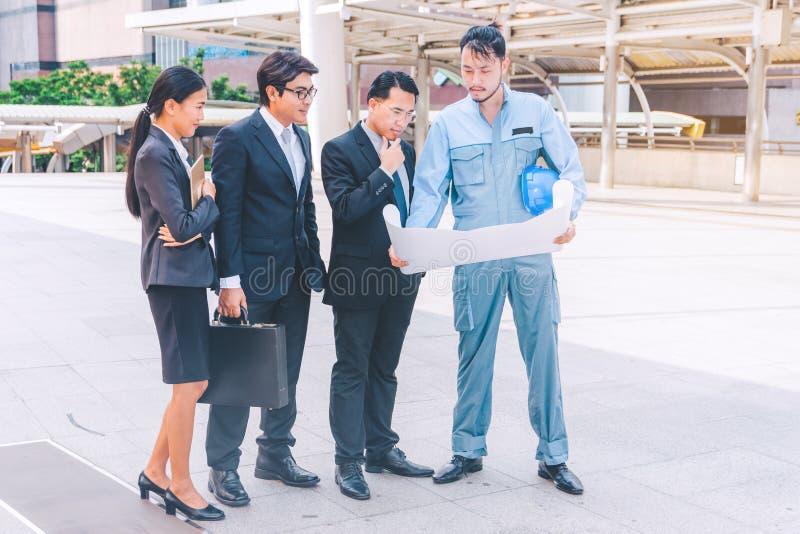 Bedrijfsleider en ingenieursvergaderingsproject bij bouwsi royalty-vrije stock fotografie