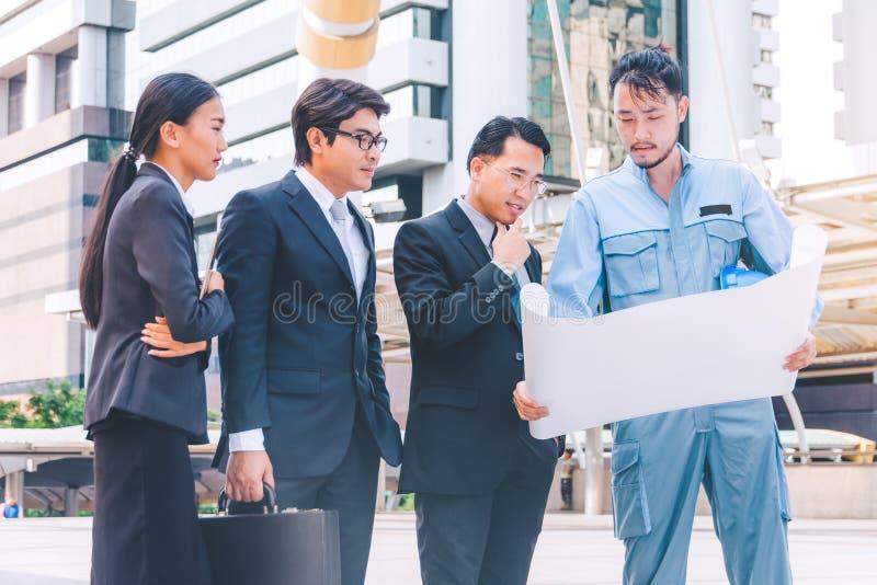 Bedrijfsleider en ingenieursvergaderingsproject bij bouwsi royalty-vrije stock foto's