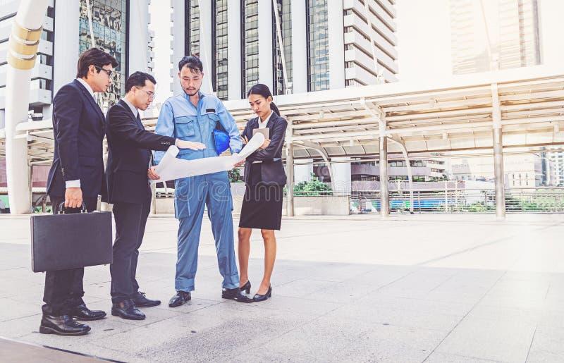 Bedrijfsleider en ingenieursvergaderingsproject bij bouwsi stock afbeelding