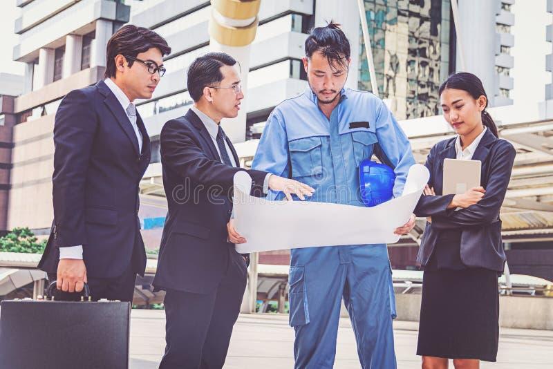 Bedrijfsleider en ingenieursvergaderingsproject bij bouwsi royalty-vrije stock afbeeldingen