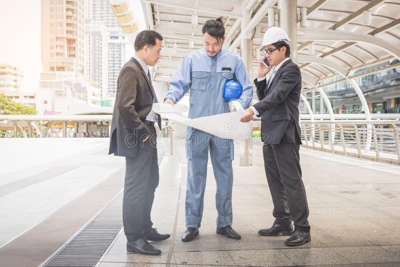 Bedrijfsleider en ingenieursvergaderingsproject bij bouwsi stock foto's