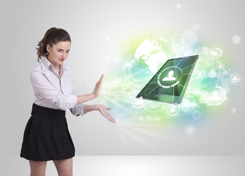 Bedrijfsmeisje die het moderne concept van de tablettechnologie tonen vector illustratie