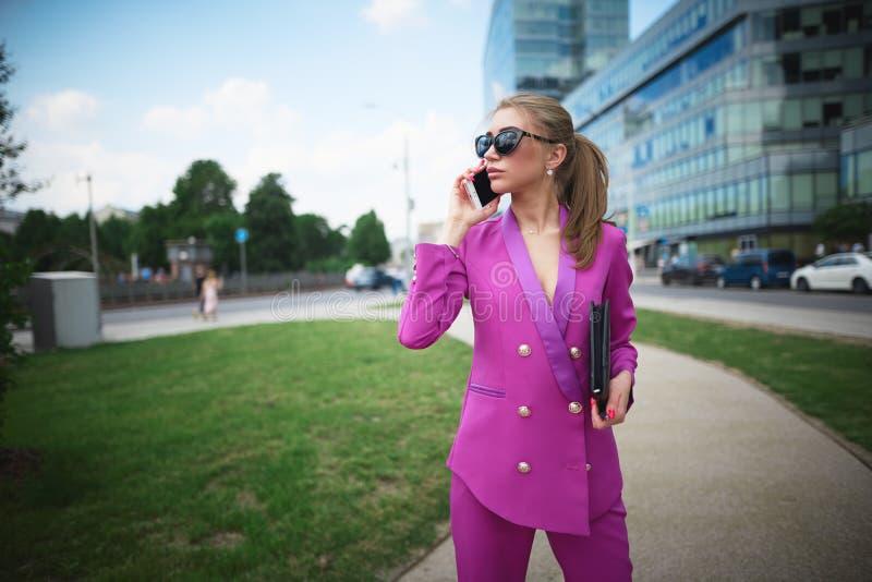 Bedrijfsmeisje in glazen die op de telefoon spreken royalty-vrije stock afbeeldingen