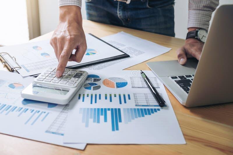 Bedrijfsmens of accountant die Financiële investering werken aan calcu stock afbeeldingen