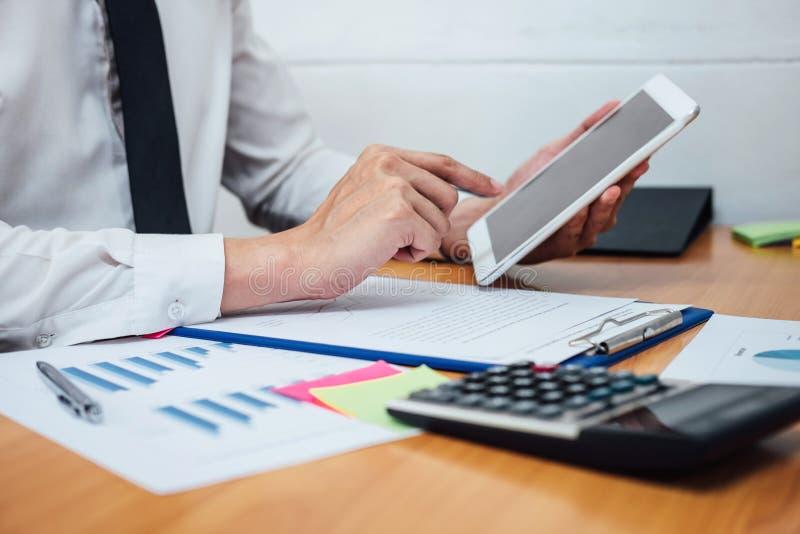 Bedrijfsmens of accountant die Financiële investering werken aan calcu stock fotografie