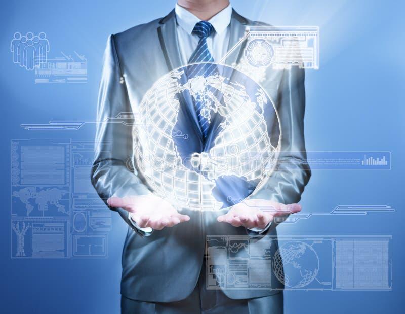Bedrijfsmens in blauw grijs kostuum die aan het digitale virtuele scherm, bedrijfsconcept werken van marketing strategie stock illustratie