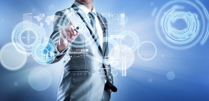 Bedrijfsmens in blauw grijs kostuum die het digitale pen werken gebruiken royalty-vrije illustratie