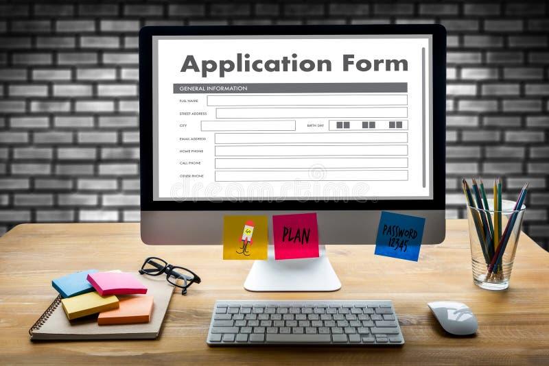 bedrijfsmens die aan laptop het Online Web Job Appli werken van het computergebruik royalty-vrije illustratie