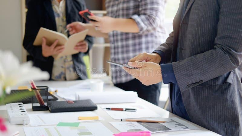 Bedrijfsmens die aan vergadering spreken die economisch besluit maken stock afbeelding