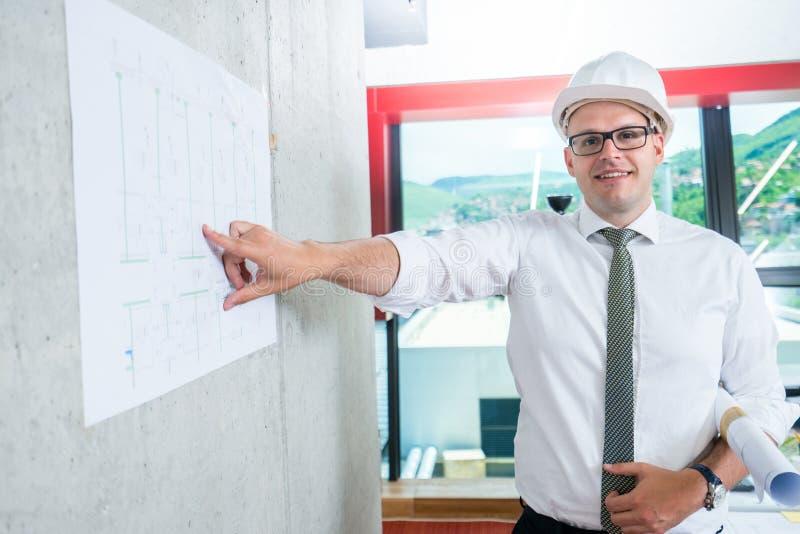 Bedrijfsmens die architectenblauwdruk voorstellen Het maken van presentatie stock fotografie
