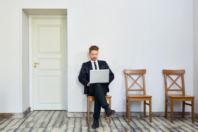 Bedrijfsmens die buiten Bureau wachten royalty-vrije stock foto's