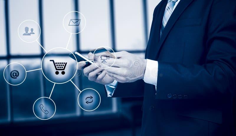 Bedrijfsmens die de slimme stroom van het telefoon omnichannel pictogram houden Online het communicatienetwerk digitale technolog stock foto's
