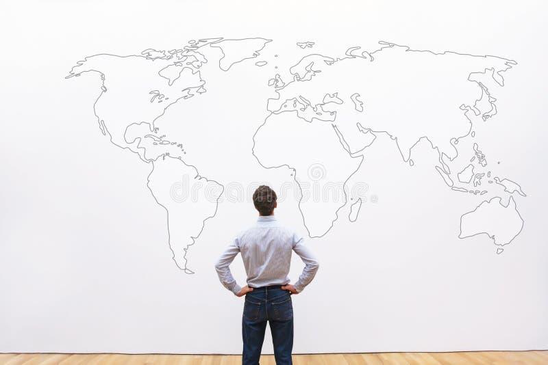 Bedrijfsmens die de wereldkaart bekijken, internationale carrièrekans royalty-vrije stock fotografie