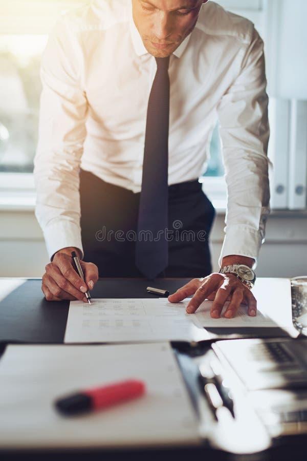 Bedrijfsmens die een overeenkomst sluiten royalty-vrije stock afbeelding