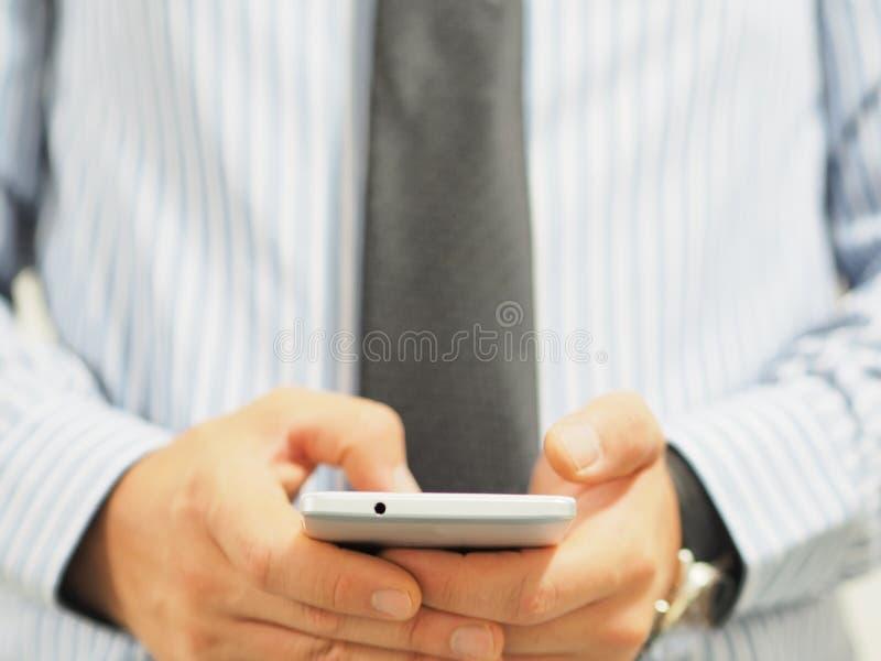 Bedrijfsmens die een smartphone gebruiken stock afbeeldingen